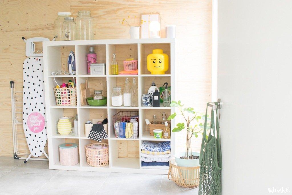 Binnen kijken in wasruimte met strijkplank van Brabantia - Wimke