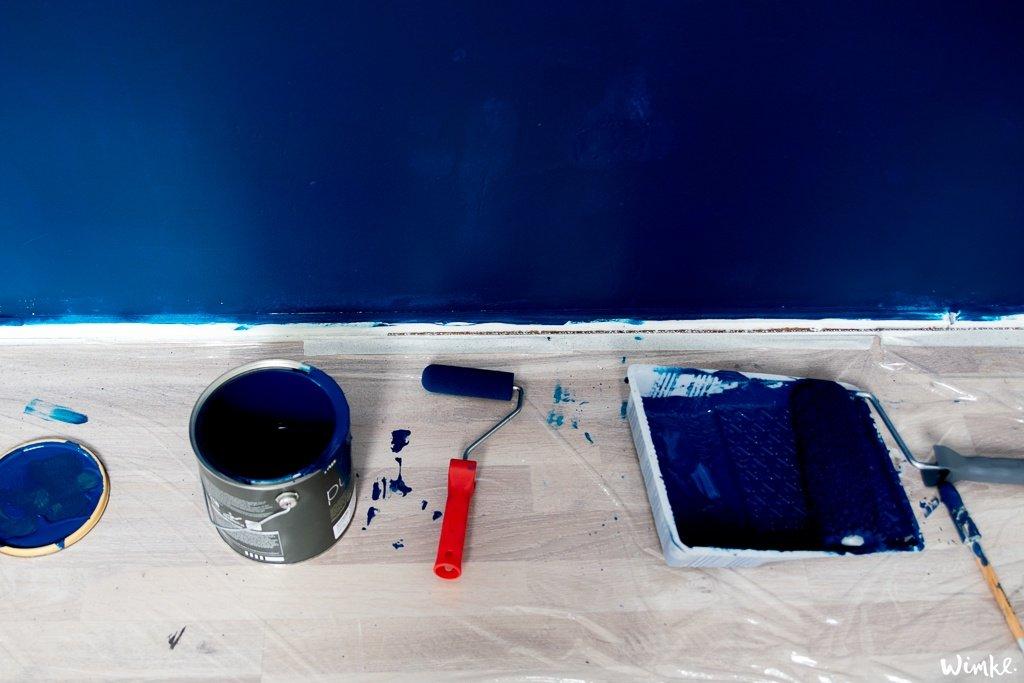 Donkerblauw, Lush Indigo, van FLEXA op de muur in de werkkamer - wimke