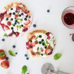 Zomerpizza's met rood fruit