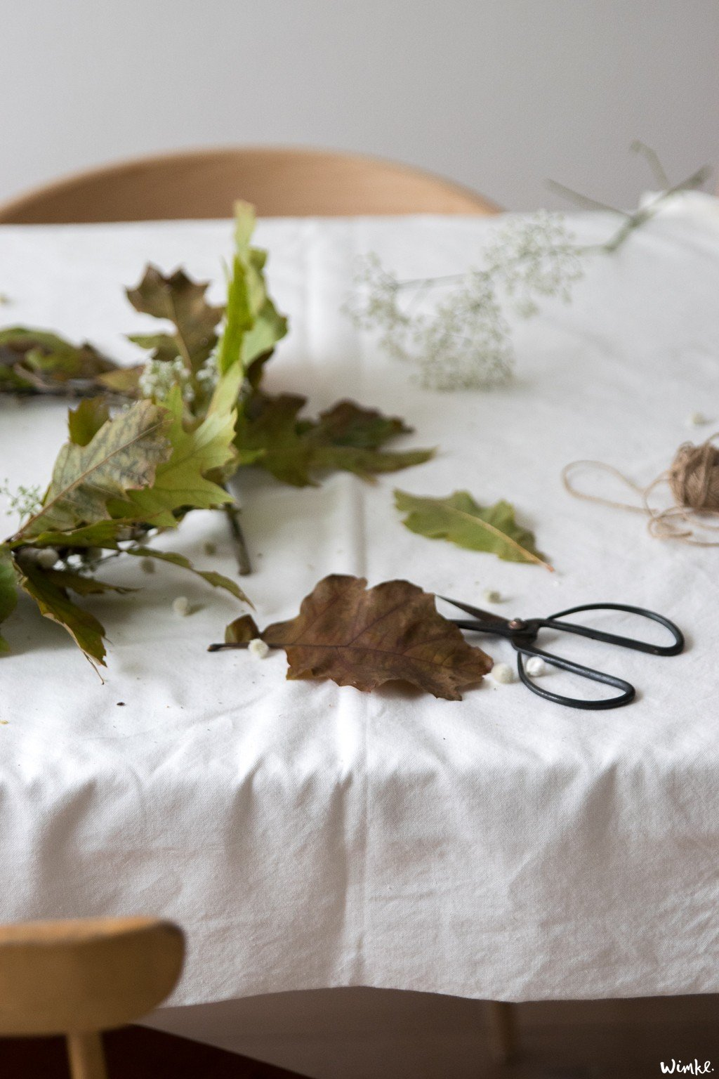 maak zelf een herfstkrans met eikenbladeren en gipskruid