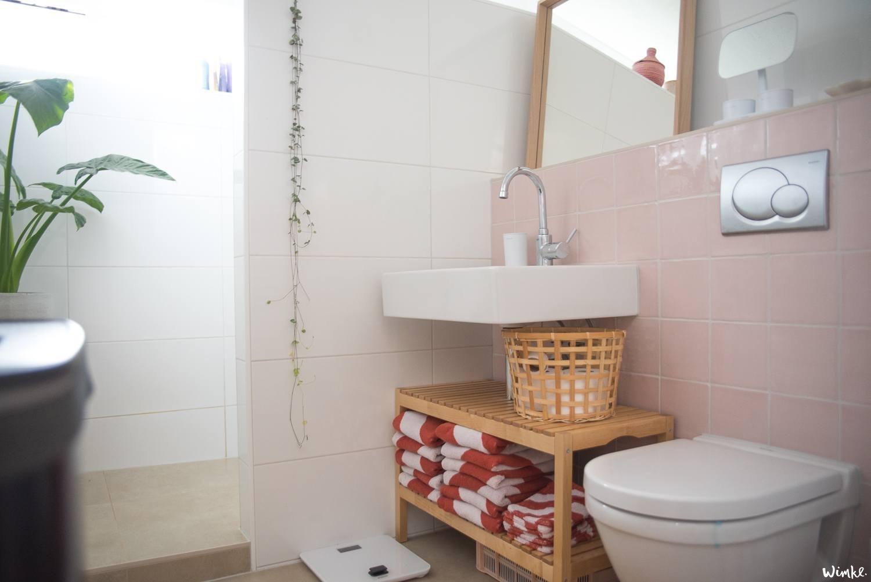 Badkamer met roze tegeltjes