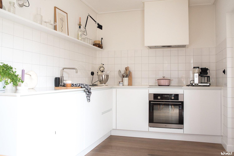 Witte keuken krijgt kleur